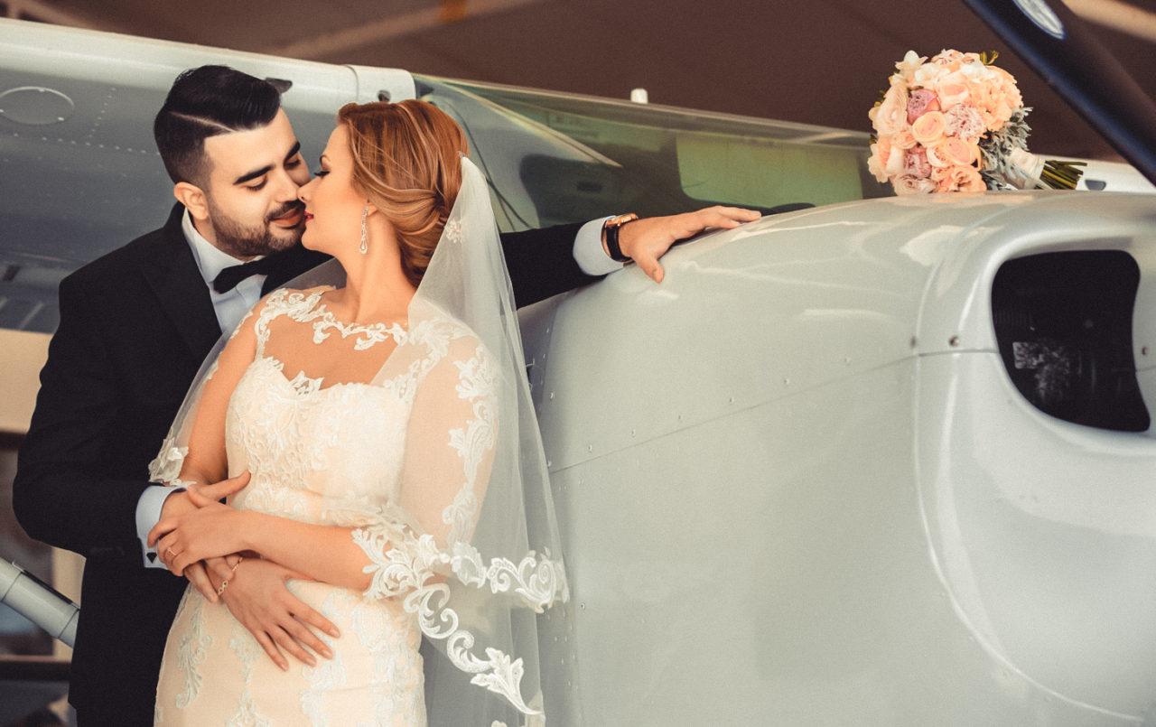 жених и невеста с самолетом