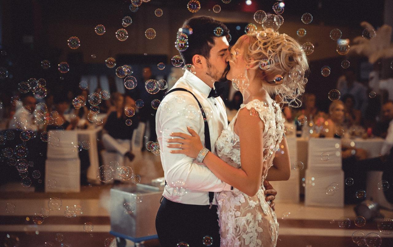 первый поцелуй на свадьбе